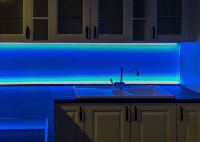 Kuechenrueckwand beleuchtet blau